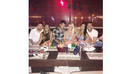 Messi y su mujer comiendo con amigos en Ibiza.