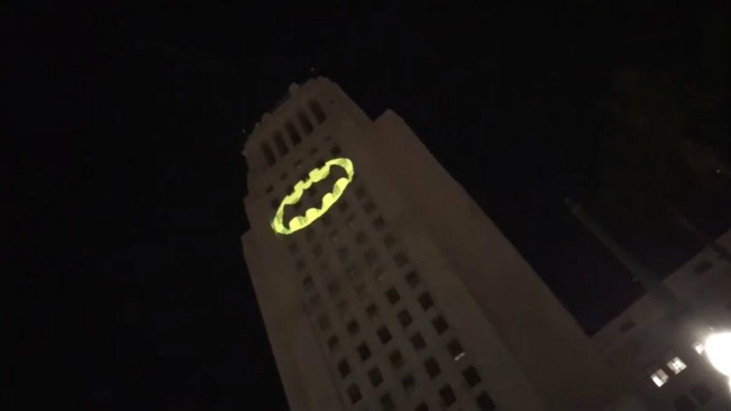 Prendieron la Batiseñal en Los Ángeles en homenaje a Adam West