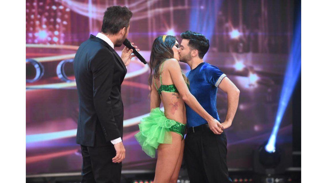 Showmatch: Agustín Casanova y su novia Sofía González se mataron a besos en la pista