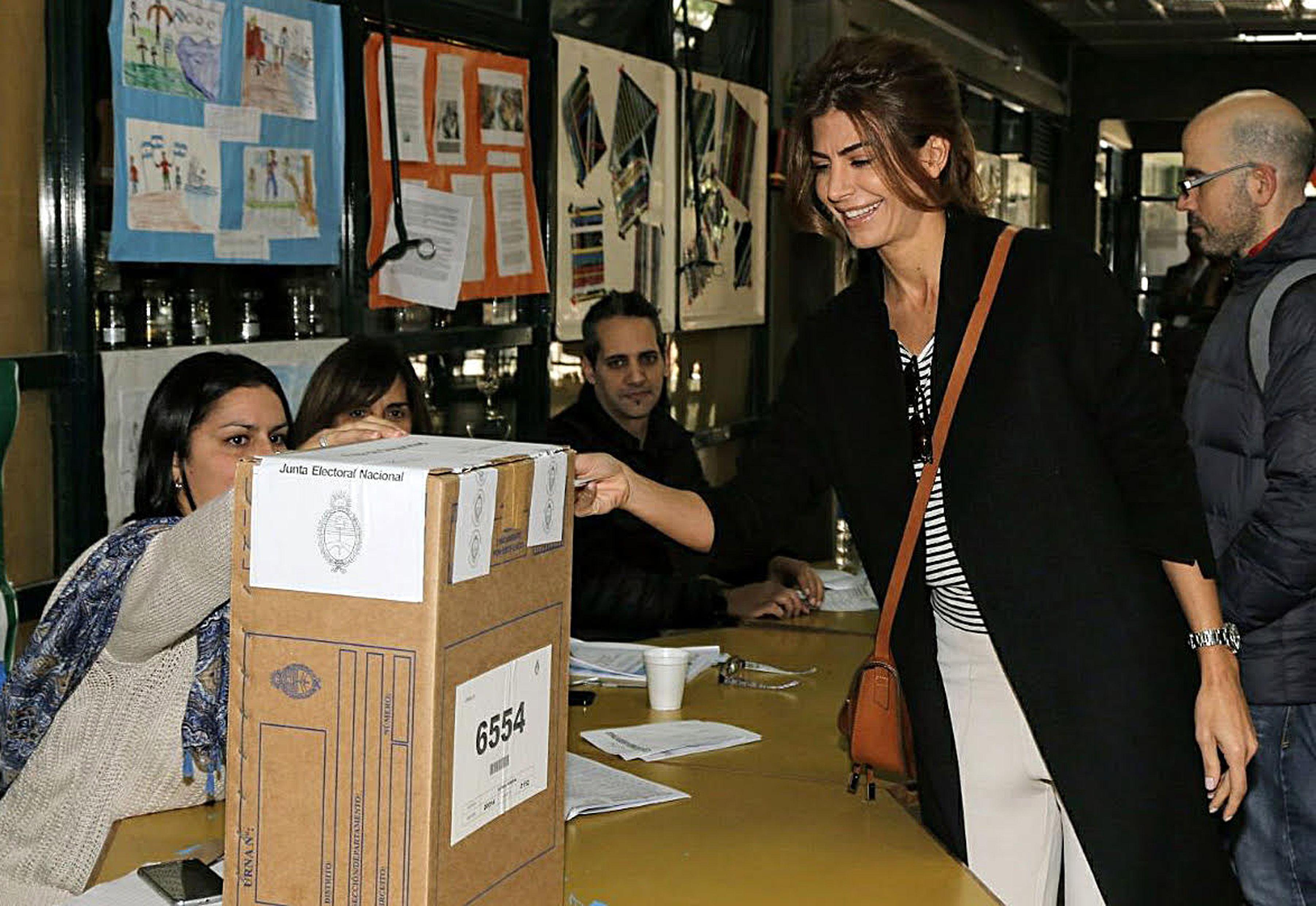 El look informal de Juliana Awada para votar en las PASO 2017