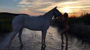 las polemicas fotos de una famosa, desnuda sobre un caballo