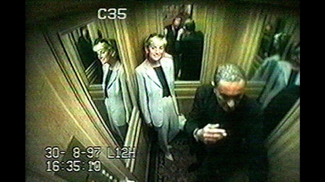La última foto de Lady Di y Dodi Al Fayed en el ascensor del Ritz