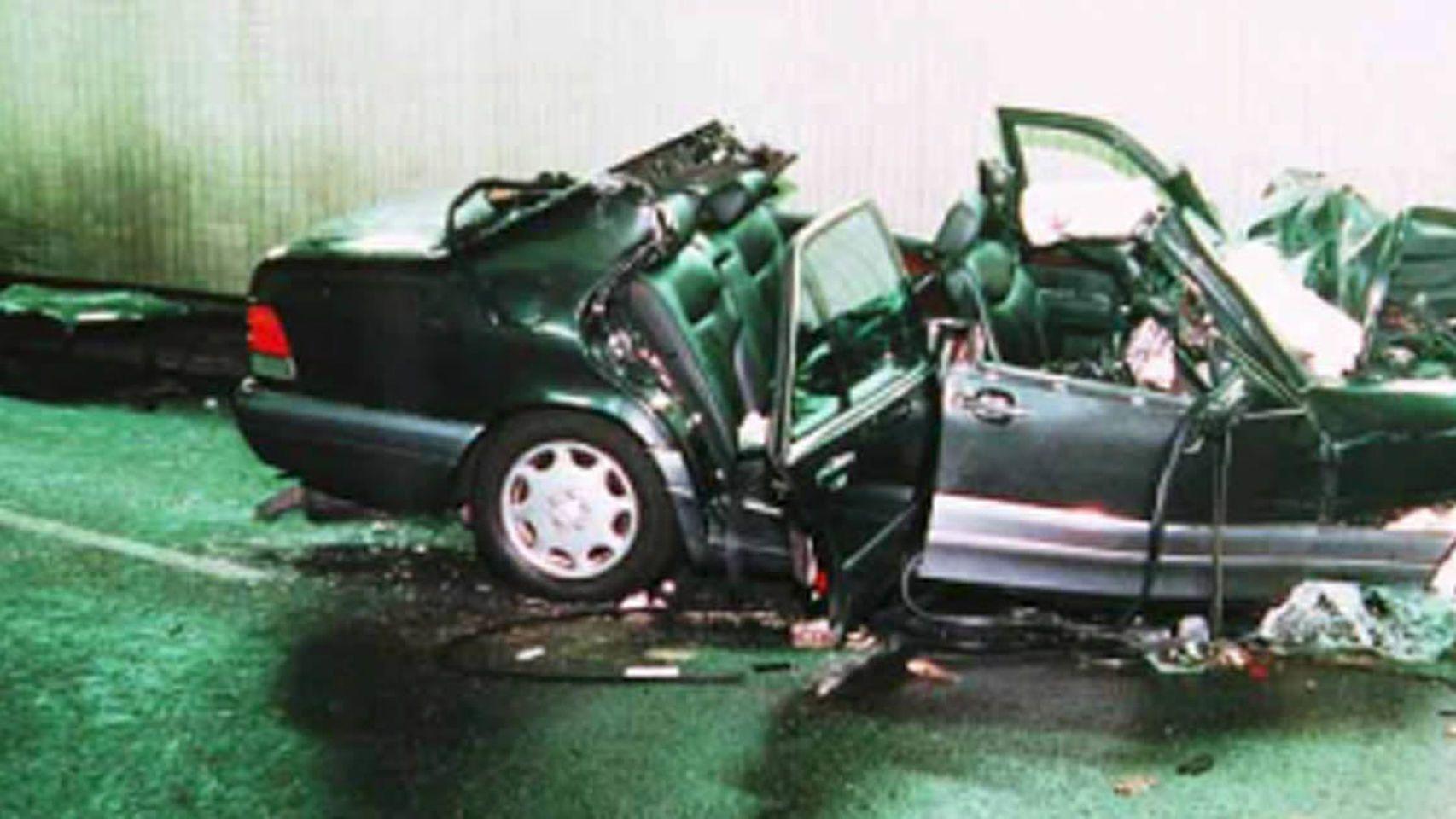 Así quedó el Mercedes Benz en el que viajaba Lady Di tras el accidente.