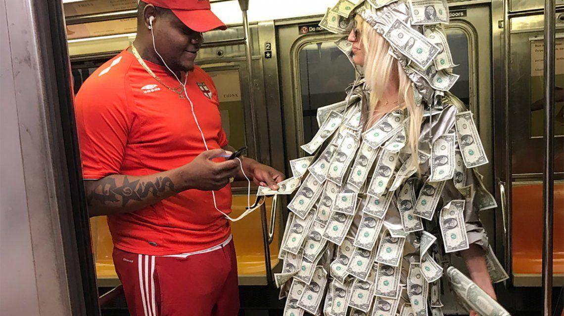 Vicky Xipolitakis repartió dólares en Nueva York: fotos y videos