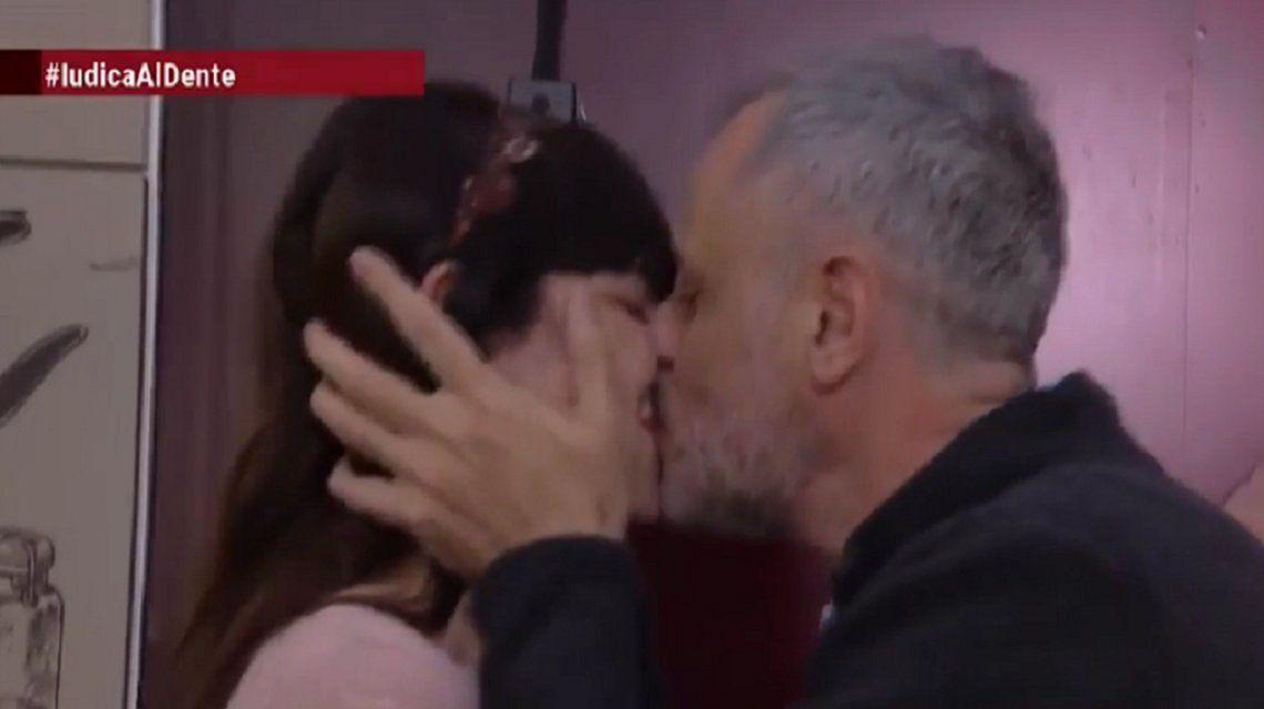 Enamorados, Jorge Rial y Romina Pereiro se dieron un gran beso en televisión