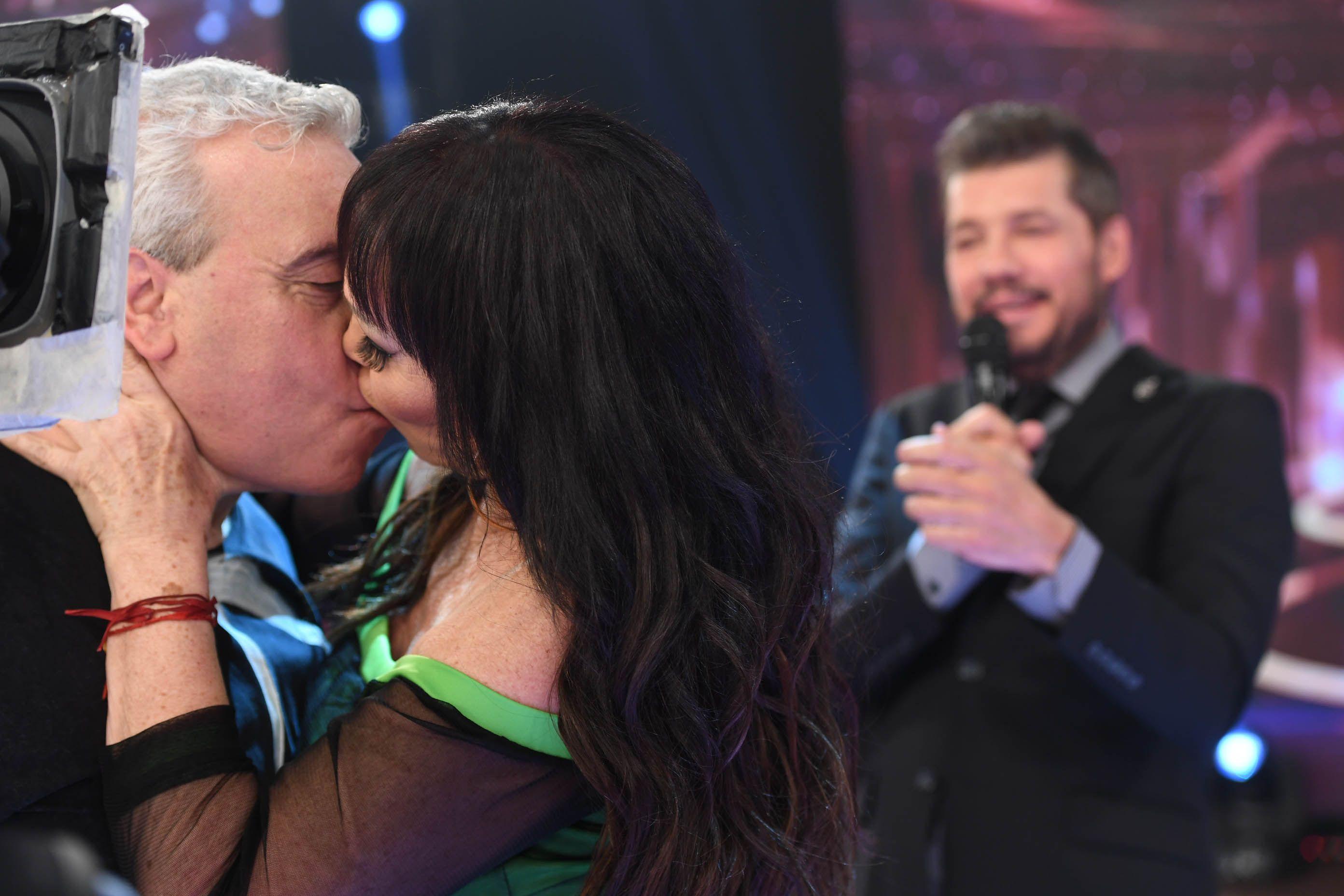 Moria Casán le comió la boca al Coco Sily en ShowMatch