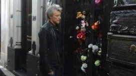 El compañero Bon Jovi no se privó de visitar la tumba de Evita