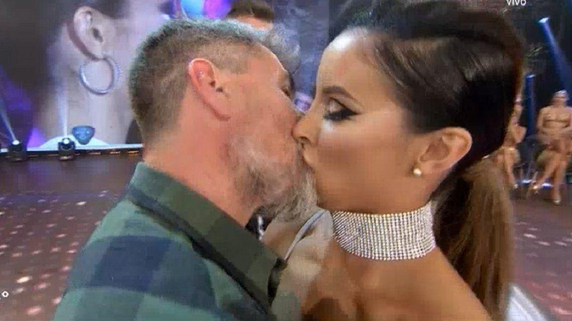 El apasionado beso del Chato Prada y Lourdes Sánchez en ShowMatch