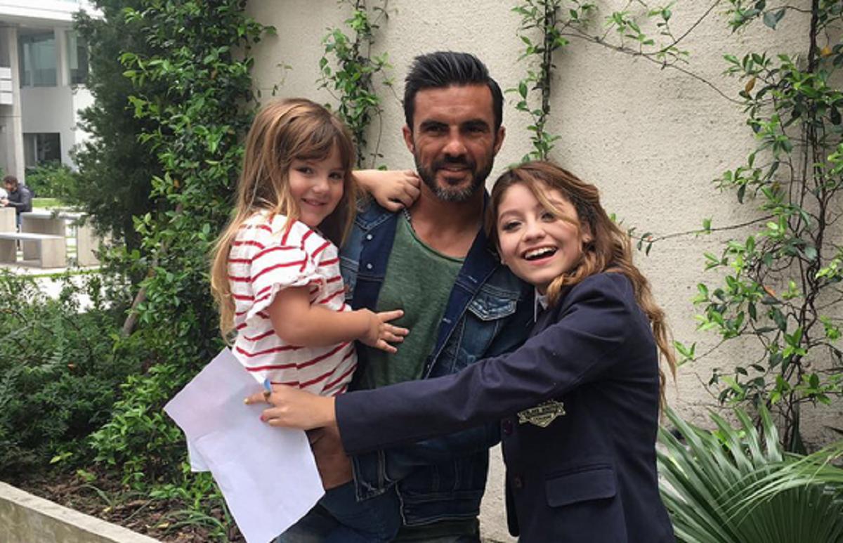 Fabián Cubero y sus hijas, en el set de Soy Luna con Karol Sevilla