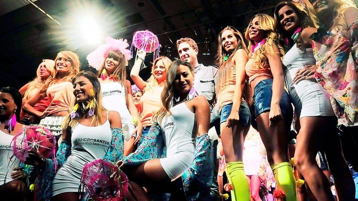 Leandro Santos y sus modelos en un desfile