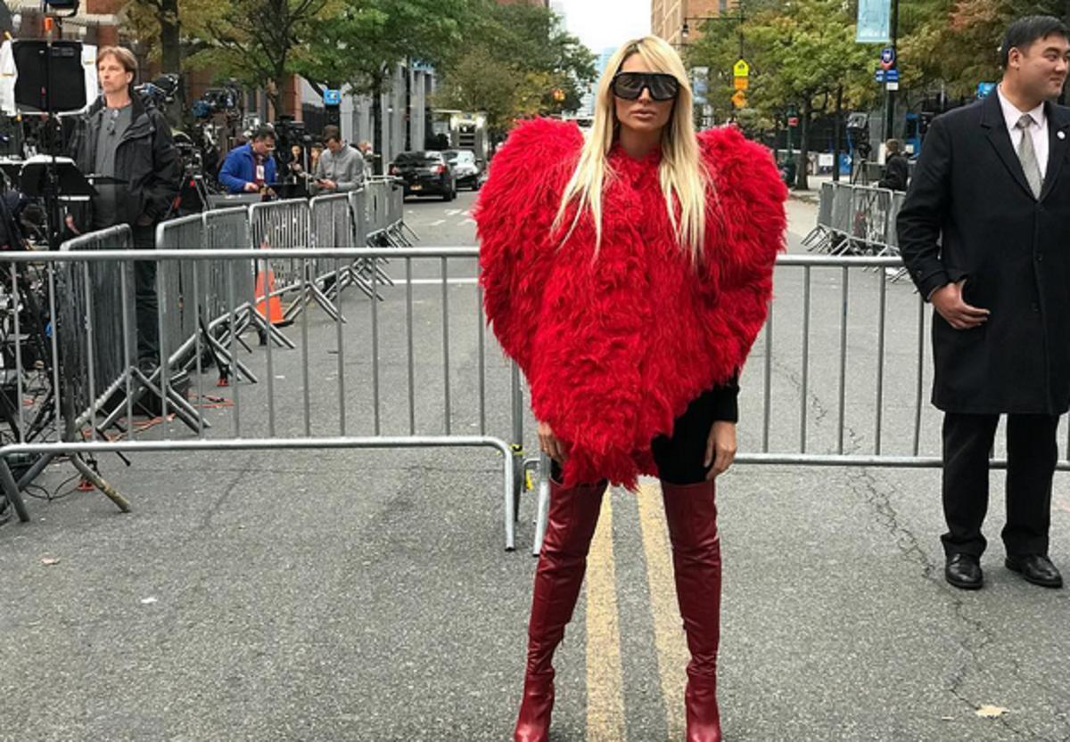 Vicky Xipolitakis y su polémico tapado de corazón en Manhattan