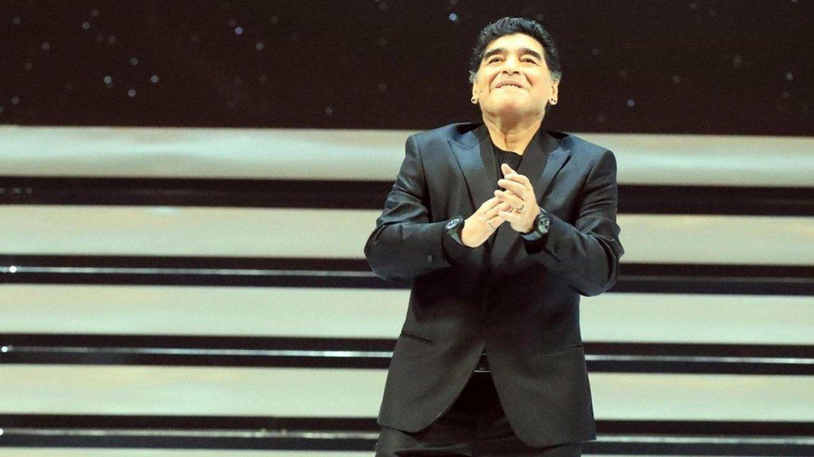 Maradona lució un extravagante look en la gala del sorteo