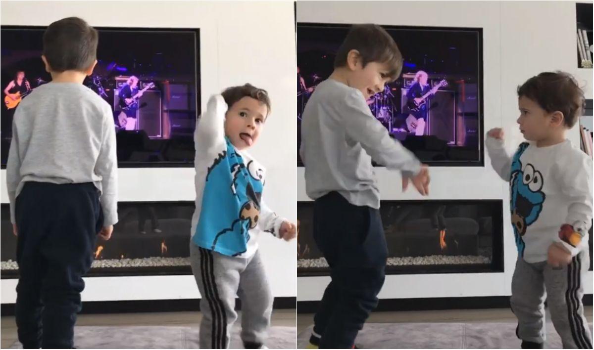 Thiago y Mateo en el living de su casa