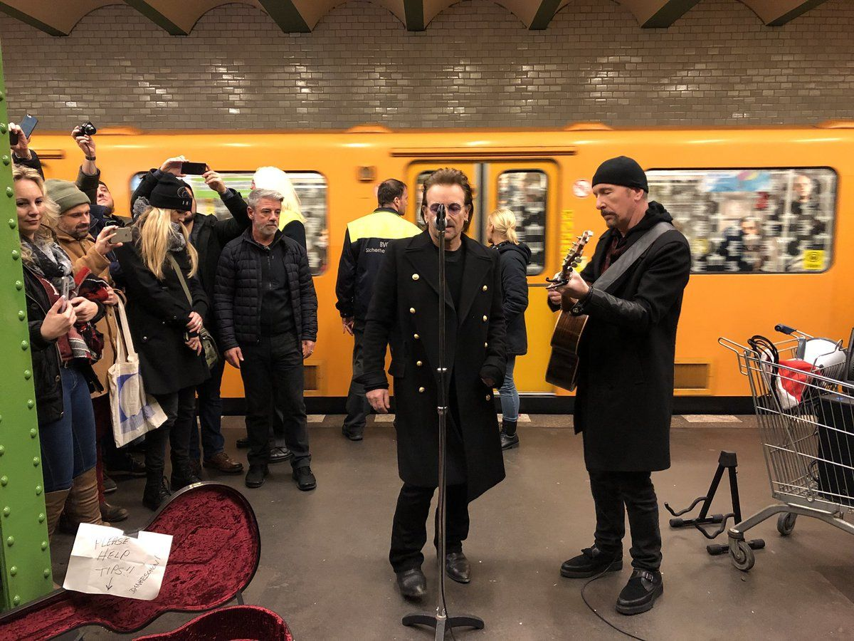 Bono y The Edge en la línea U2 del subte de Berlín