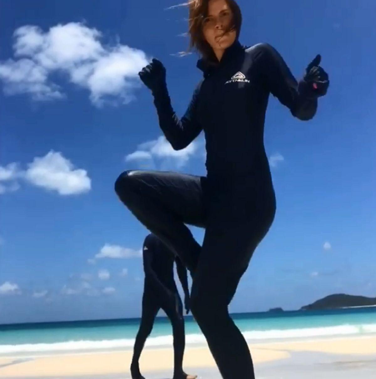 El gracioso video de Nico Vázquez y Gime Accardi con un insólito traje para cuidarse de las medusas