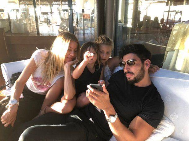 Nicole, sus hijas y Facundo Moyano