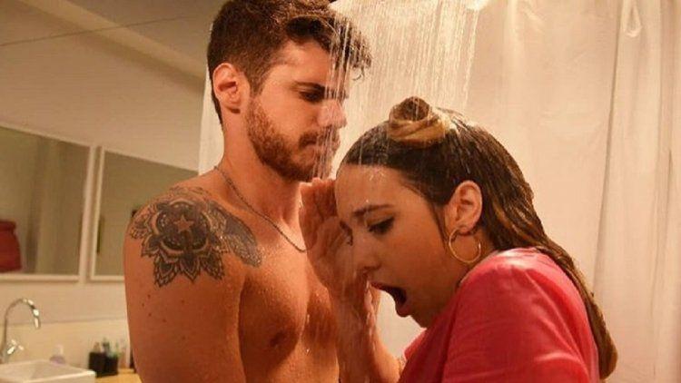Soffritti y Ángela Torres en la ducha