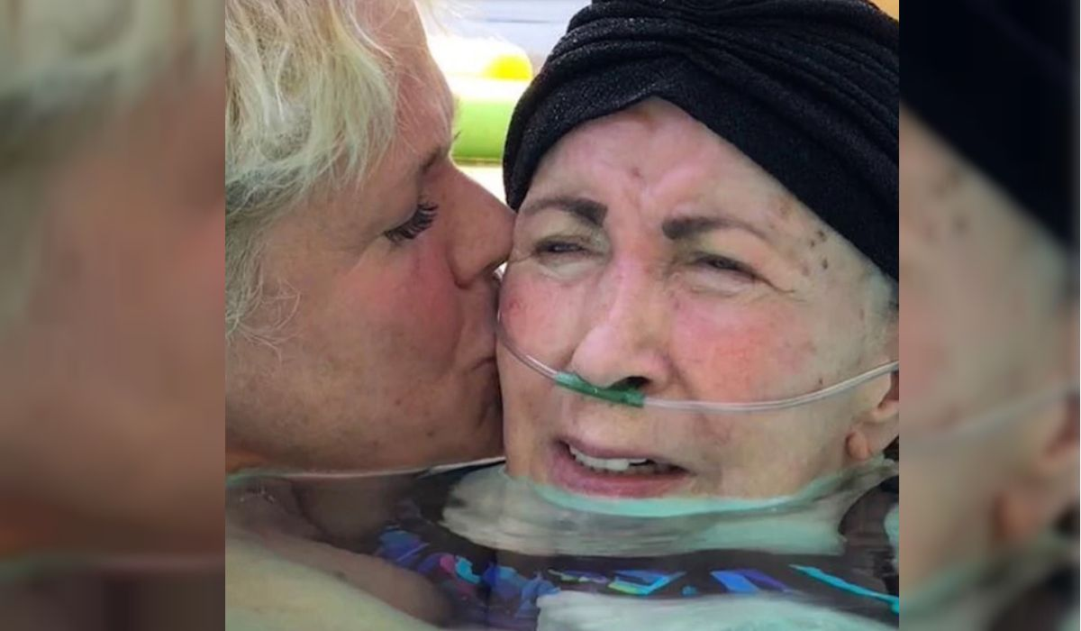 Xuxa junto a su mamá Aldinha en la pileta
