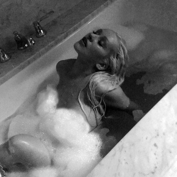 Christina Aguilera asombra a fans con fotos desnuda en bañera — Instagram