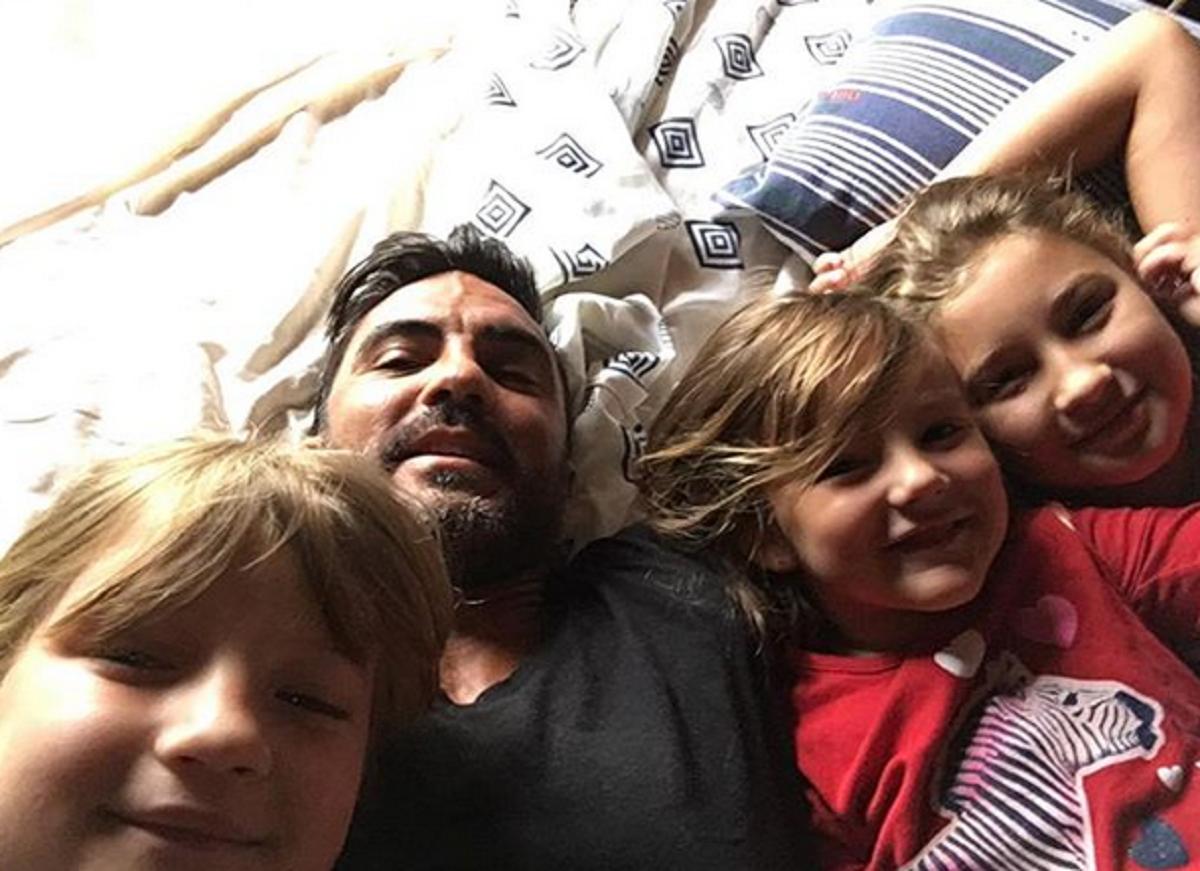 La provocadora foto de Cubero durmiendo con sus hijas tras el reproche de Nicole Neumann