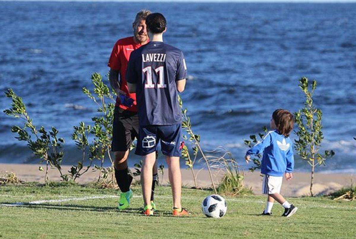 Lorenzo Tinelli y Helena Ortega jugando al fútbol