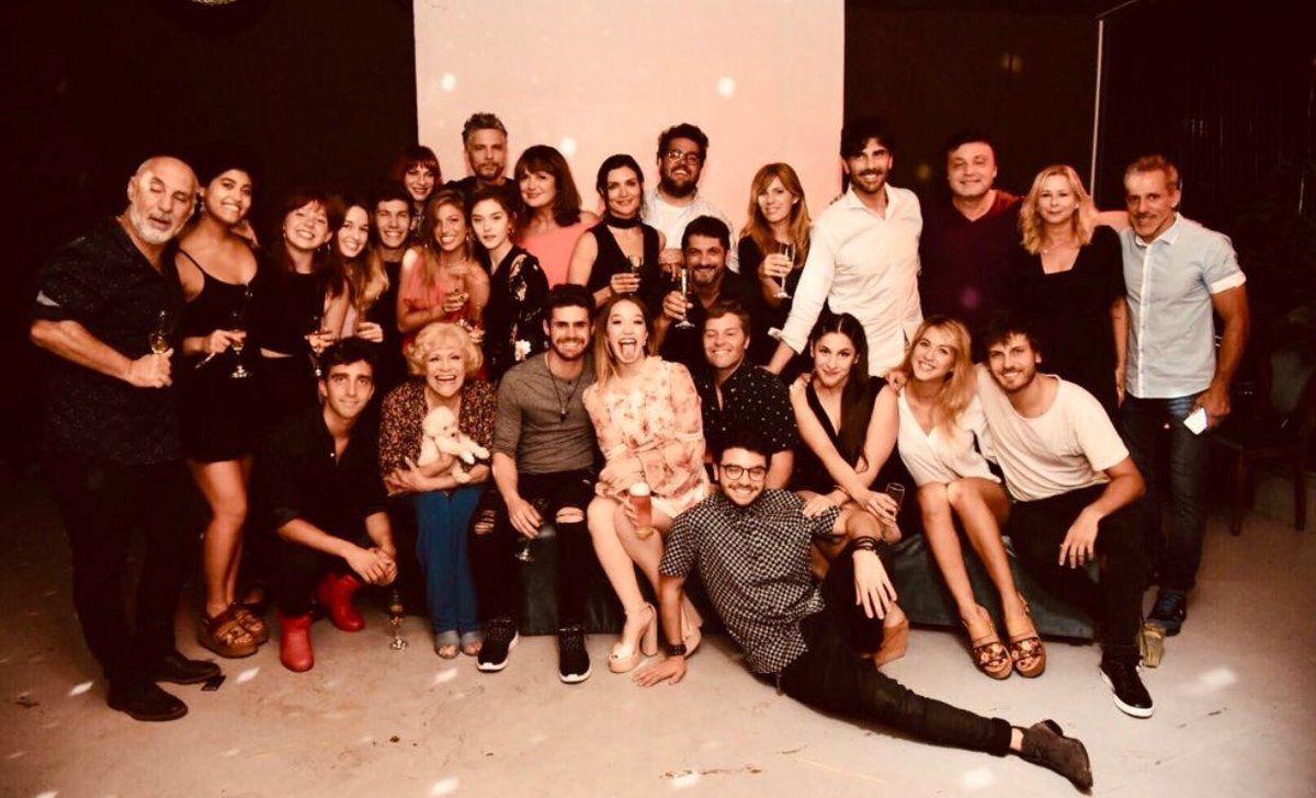 Todo el elenco de Simona