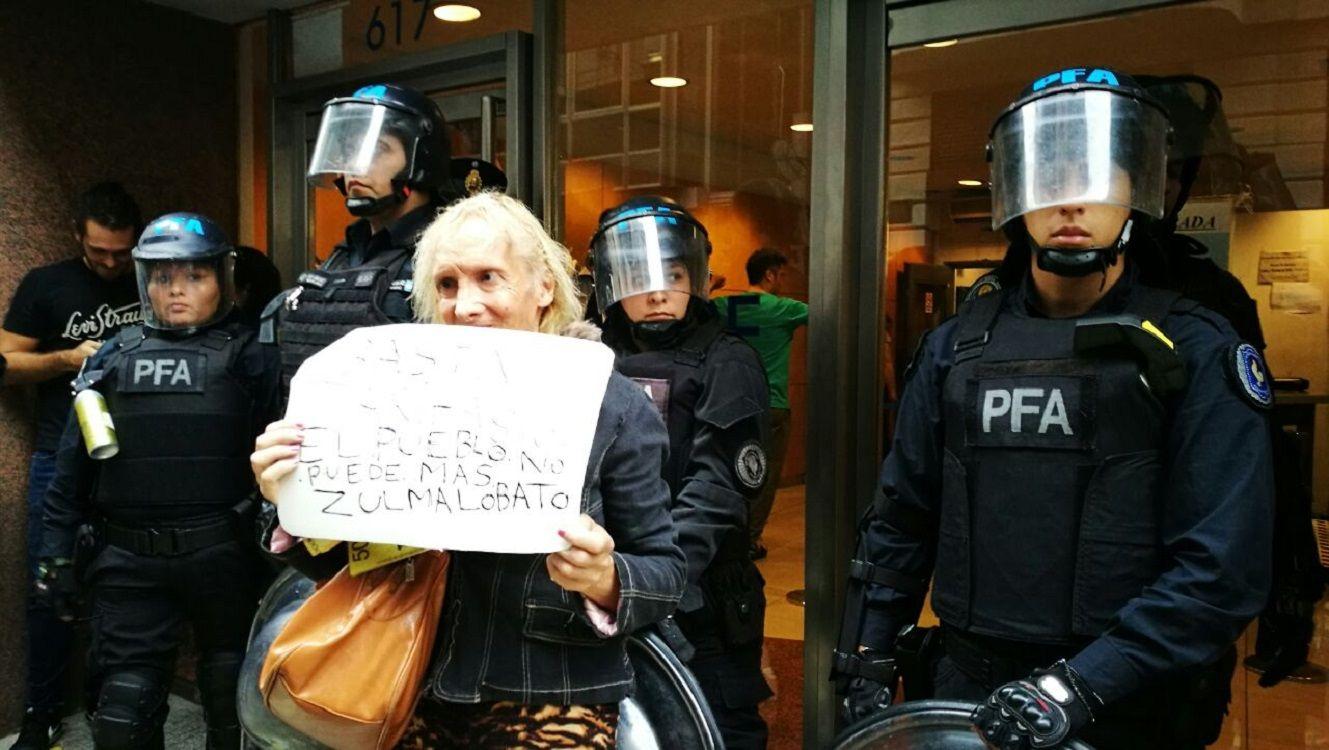 Zulma Lobato reclamando por el tarifazo (gentileza Radio La Plata)