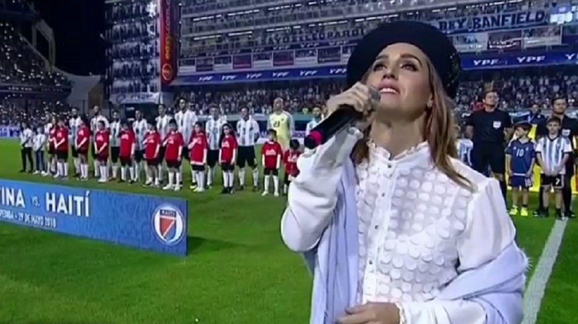 Soledad Pastorutti emocionó a todos con el Himno Nacional en el partido de la Selección y Haití
