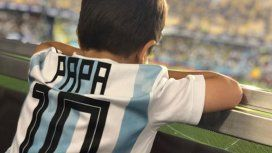 La tierna foto de Thiago Messi mirando a su papá en La Bombonera