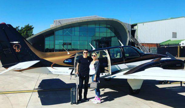 Wanda e Icardi a punto de subirse al ùltimo aviòn antes de llegar al safari<br>