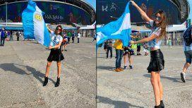 Pampita, flameando la Bandera argentina en el estadio Kazán Arena