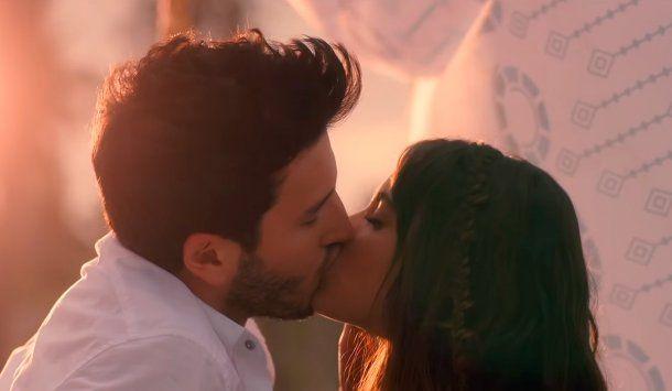 Tini y Sebastián Yatra, a los besos en su nuevo videoclip: