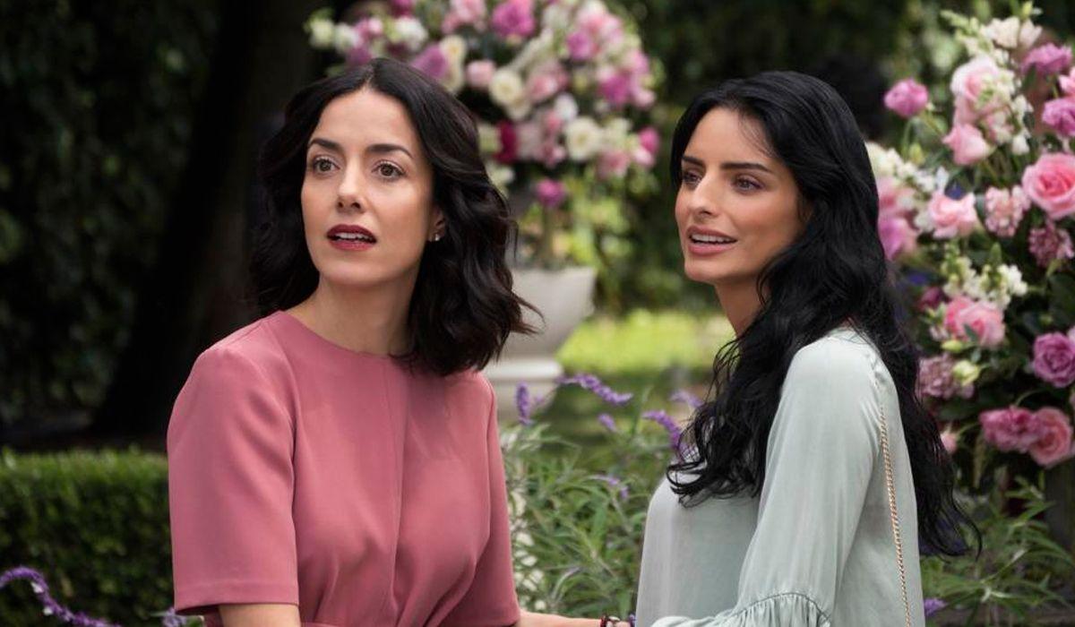 Paulina (Cecilia Suárez) y su hermana Elena (Aislinn Derbez)