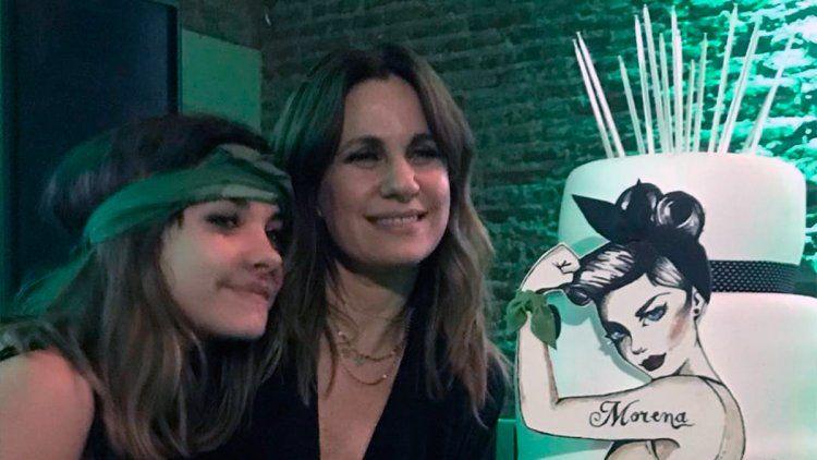 Nancy y Morena junto a la torta que hizo Mariana