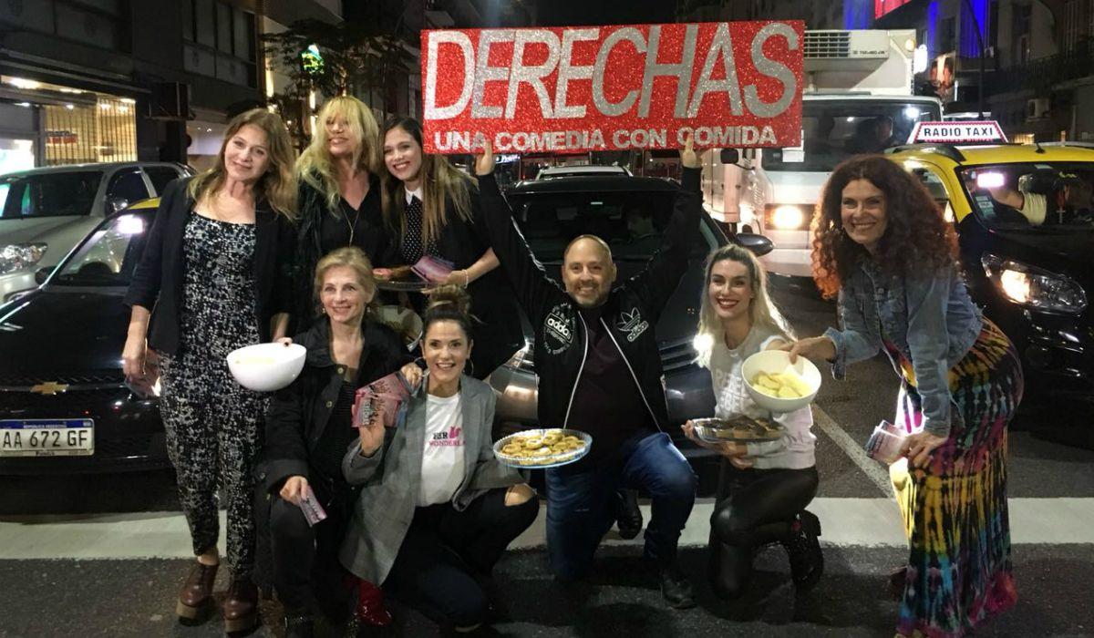 El elenco de Derechas junto a José María Muscari sobre Avenida Santa Fe