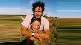 La foto vintage de Gustavo Cerati tocando con su hijo Benito