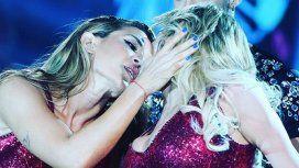 El beso entre Virginia Gallardo y Jimena Barón.