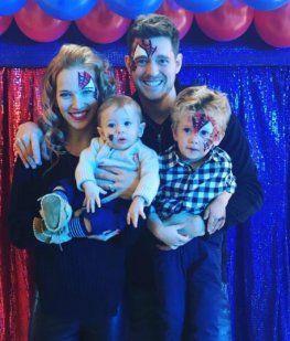 Luisana Lopilato y Bublé junto a sus hijos Elías y Noah, antes del nacimiento de Vida