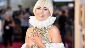 Lady Gaga con su costoso anillo de compromiso.