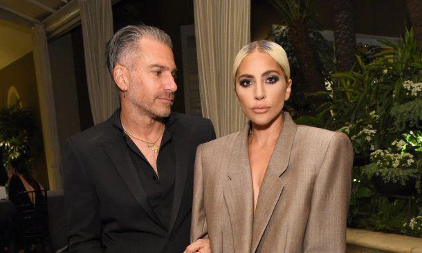 Lady Gaga con su pareja en el evento de Elle. <br>