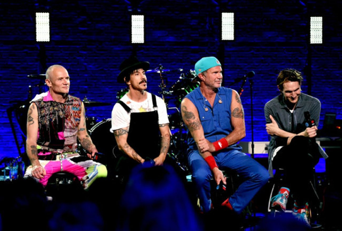 Los Red Hot Chili Peppers dieron un show sorpresa en una escuela de California