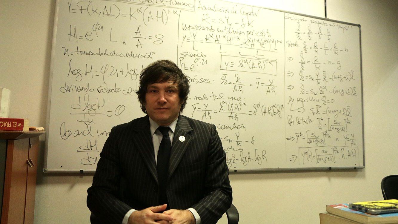 El economista Javier Milei llega al teatro