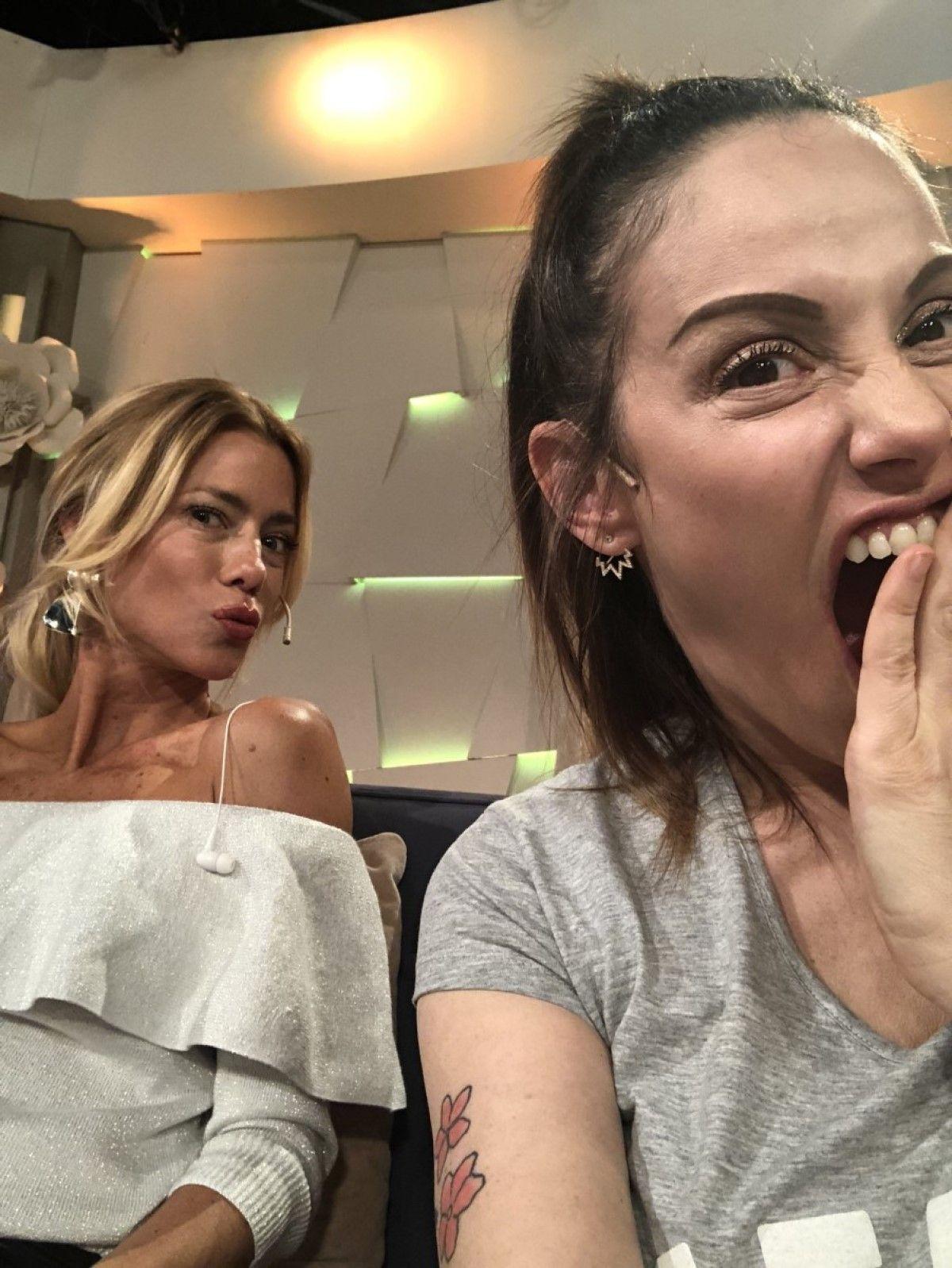 El beso hot de Nicole Neumann y Connie Ansaldi