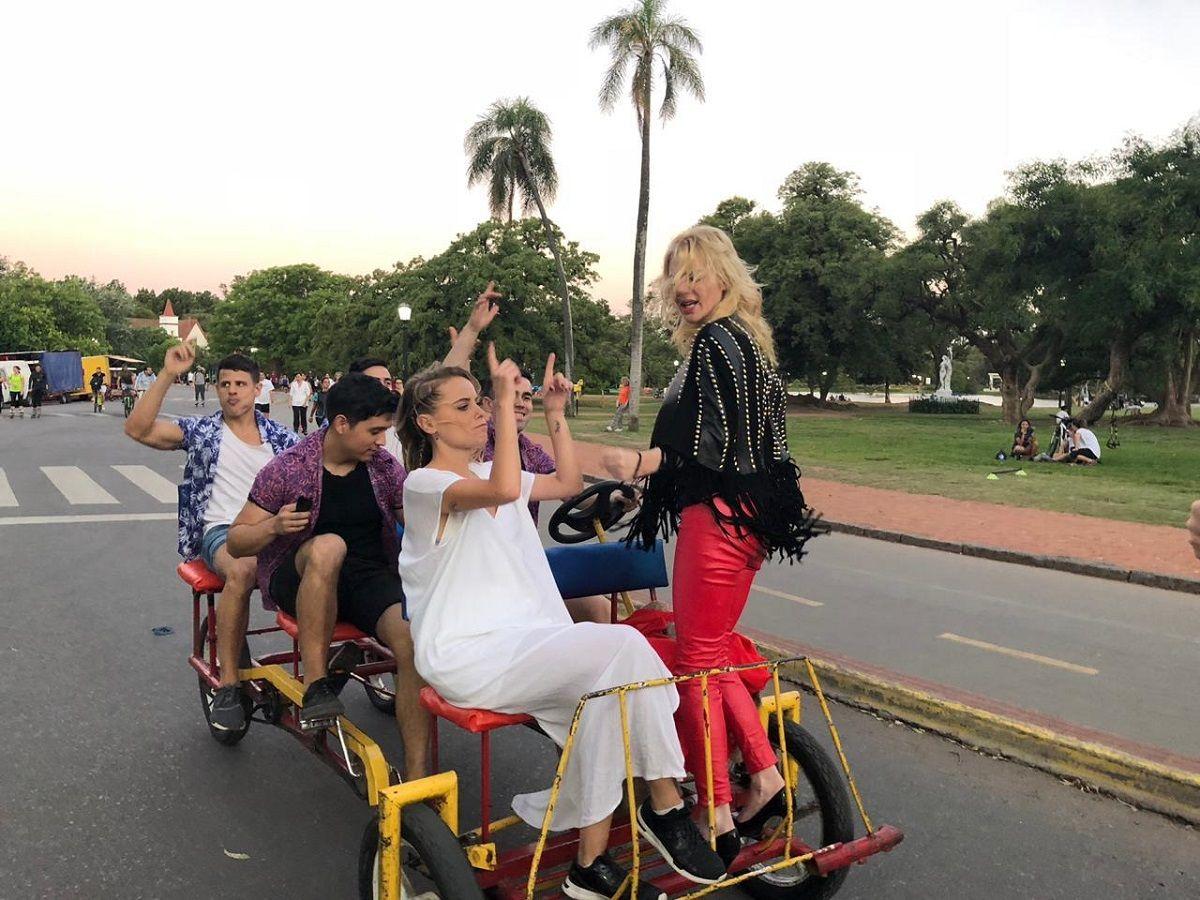 VIDEO: Esmeralda Mitre se lanzó a la cumbia pop con un insólito clip