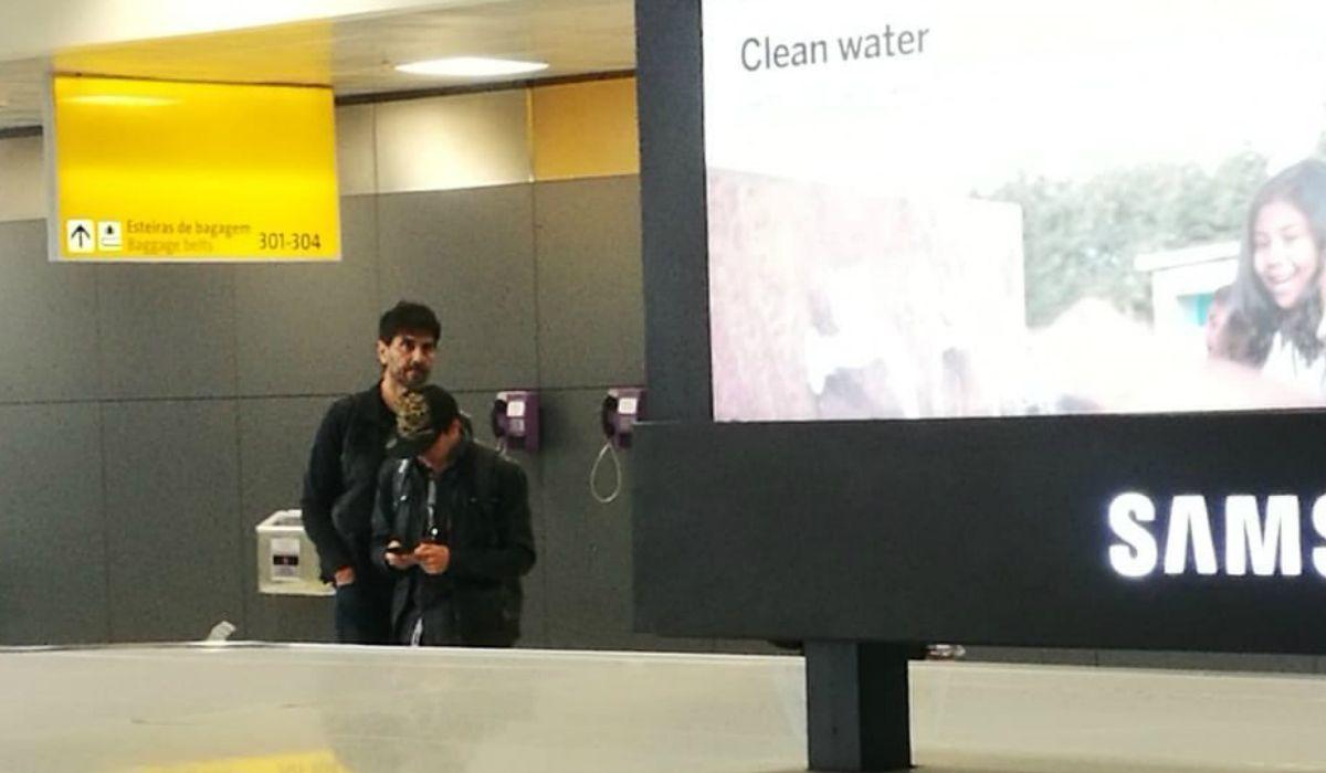 Darthés esperando las valijas en el aeropuerto de San Pablo. Foto @GZaffora