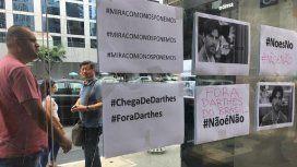 Las fotos del escrache a Juan Darthés en el Consulado argentino en San Pablo