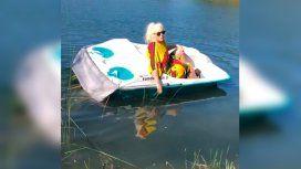 Susana, chocha en el bote a pedal