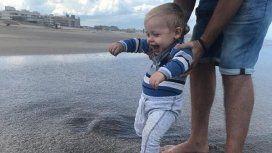 Las travesuras de Mirko en la playa: ¡Primeras zambullidas!