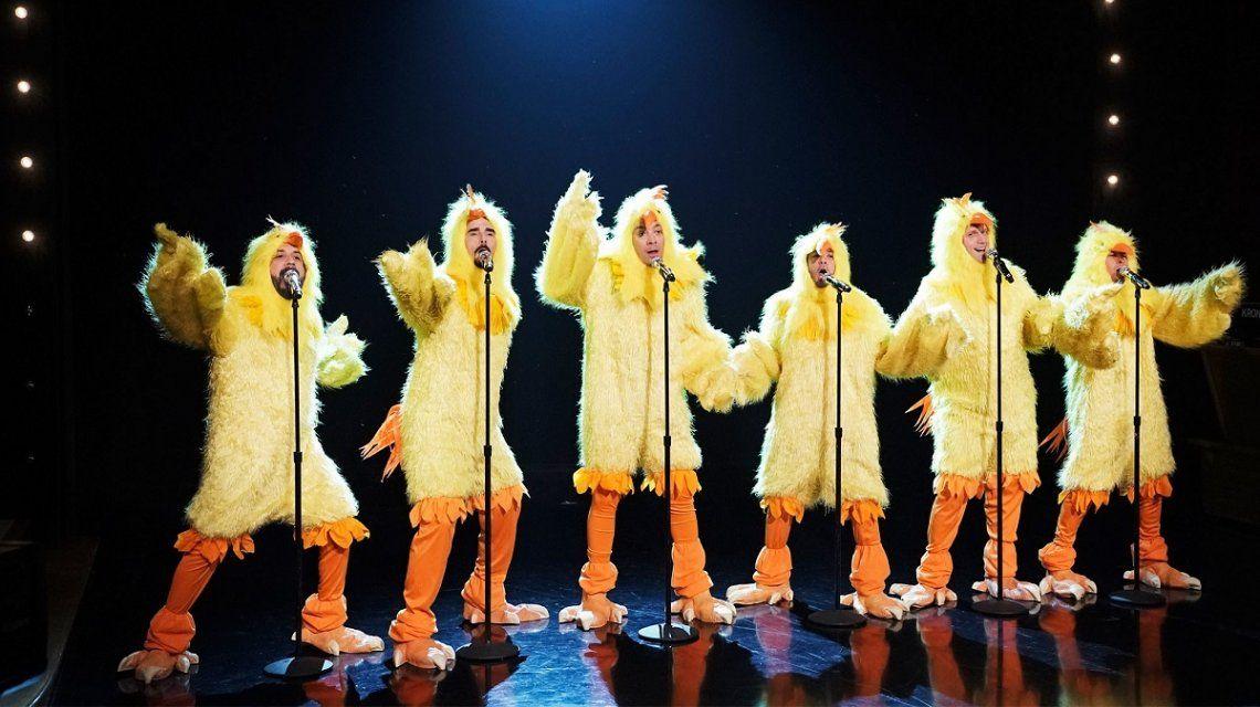 Backstreet Boys y Jimmy Fallon cantaron Everybody vestidos de pollo
