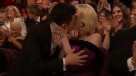 VIDEO: Los apasionados besos entre el ganador a Mejor Actor Rami Malek y Lucy Boynton
